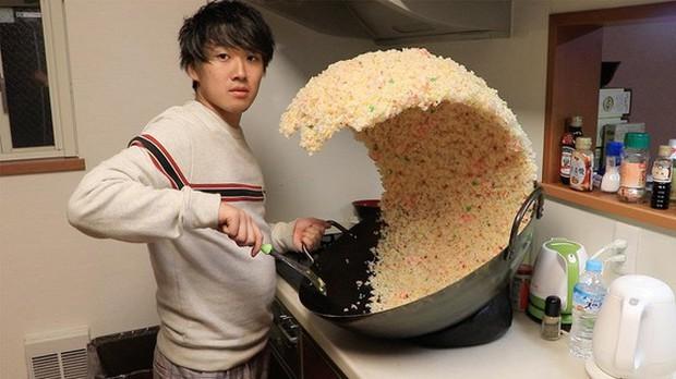 Sự thật phía sau chảo cơm rang khổng lồ gây bão Internet của anh chàng Nhật Bản - Ảnh 1.