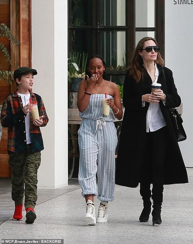 Lần đầu xuất hiện sau tin đồn hẹn hò, Brad Pitt và Charlize Theron phản ứng thế nào trước paparazzi? - Ảnh 4.