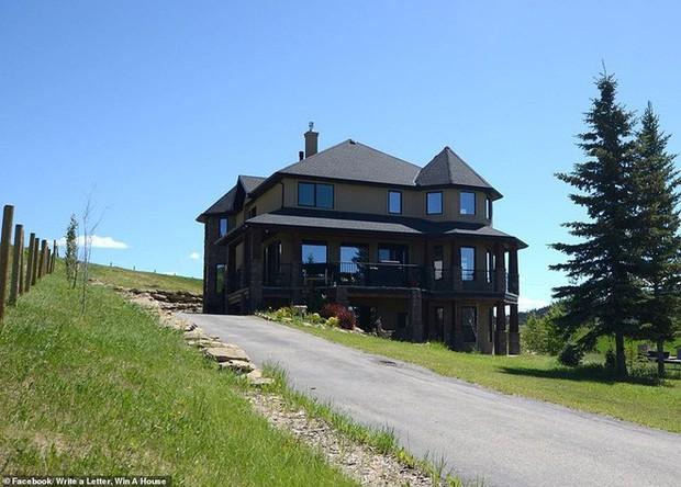 Không thể bán dinh thự 30 tỷ, bà chủ Canada quyết định tặng nhà cho người văn hay chữ tốt - Ảnh 1.