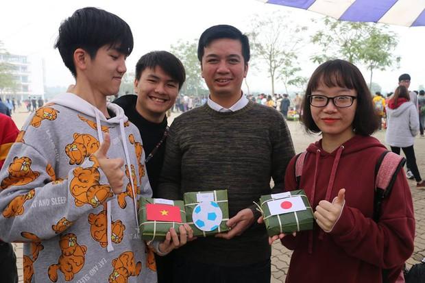 Tinh thần bóng đá lên cao, học sinh gói hẳn bánh chưng phong cách đội tuyển Việt Nam để cổ vũ trận đấu tối nay - Ảnh 3.