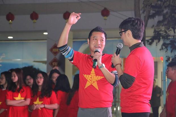 Tổ chức xem đá bóng, cả trường ngỡ ngàng phát hiện phụ huynh là cựu danh thủ lừng lẫy Việt Nam cũng có mặt - Ảnh 3.