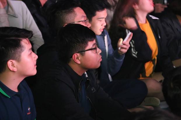 Tổ chức xem đá bóng, cả trường ngỡ ngàng phát hiện phụ huynh là cựu danh thủ lừng lẫy Việt Nam cũng có mặt - Ảnh 5.
