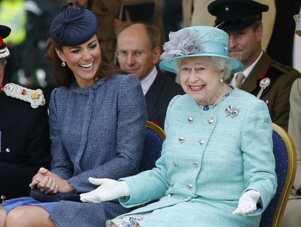 Cả Công nương Diana và Meghan đều bị cho là phá luật Hoàng gia khi làm điều này nhưng sự thật đằng sau lại vô cùng bất ngờ - Ảnh 4.