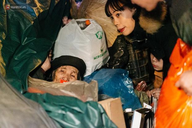 Phận người vô gia cư trên đường phố Hà Nội những ngày rét mướt: Chúng tôi cũng có một cái Tết như bao người khác - Ảnh 1.