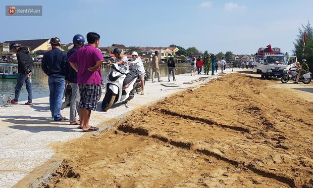Vớt được thi thể người chồng và con trai 6 tuổi trong vụ ô tô chở cả gia đình người Hà Nội lao xuống sông ở Hội An - Ảnh 2.