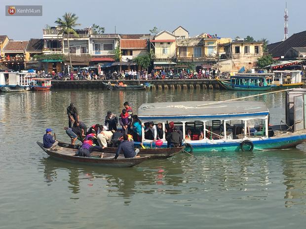 Vớt được thi thể người chồng và con trai 6 tuổi trong vụ ô tô chở cả gia đình người Hà Nội lao xuống sông ở Hội An - Ảnh 3.