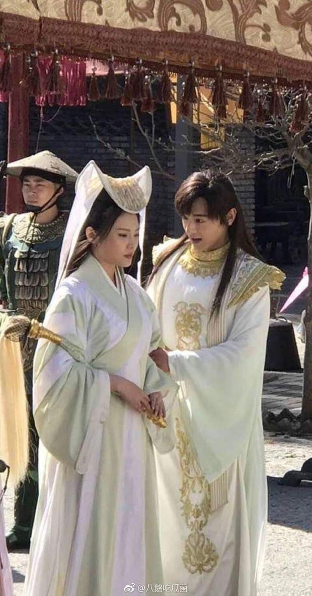 Thỉnh khán giả đoán xem vị nữ hiệp này đang đội cái nồi gì trên đầu trong Tân Thiên Long Bát Bộ? - Ảnh 3.
