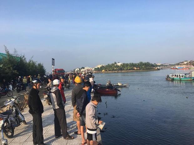 Nóng: Người đàn ông Hà Nội lao ô tô chở 4 người trong gia đình xuống sông ở Hội An khiến 3 người thiệt mạng, nghi do cãi nhau với vợ - Ảnh 1.