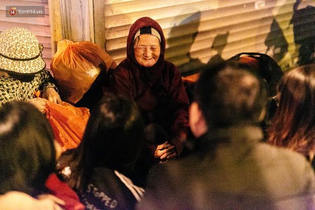 Phận người vô gia cư trên đường phố Hà Nội những ngày rét mướt: Chúng tôi cũng có một cái Tết như bao người khác - Ảnh 17.
