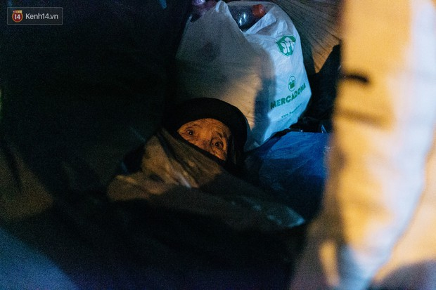 Phận người vô gia cư trên đường phố Hà Nội những ngày rét mướt: Chúng tôi cũng có một cái Tết như bao người khác - Ảnh 15.