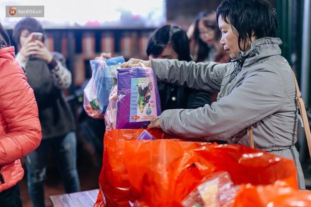 Phận người vô gia cư trên đường phố Hà Nội những ngày rét mướt: Chúng tôi cũng có một cái Tết như bao người khác - Ảnh 7.