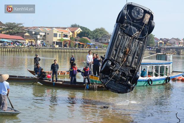 Nữ sinh thoát chết hoảng loạn kể lại giây phút bố lái xe ô tô lao xuống sông khiến cả nhà tử vong - Ảnh 1.