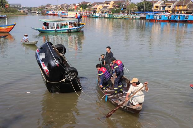 Vớt được thi thể người chồng và con trai 6 tuổi trong vụ ô tô chở cả gia đình người Hà Nội lao xuống sông ở Hội An - Ảnh 1.