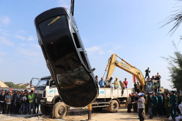 Vớt được thi thể người chồng và con trai 6 tuổi trong vụ ô tô chở cả gia đình người Hà Nội lao xuống sông ở Hội An - Ảnh 5.