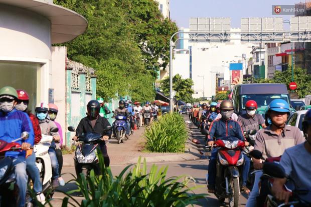 Sân bay Tân Sơn Nhất kẹt xe kinh hoàng ngày cận Tết, hành khách vật vã ngoài nắng trong nhiều giờ liền - Ảnh 16.