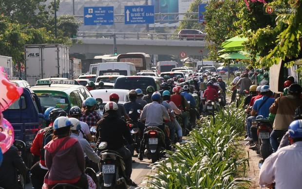 Sân bay Tân Sơn Nhất kẹt xe kinh hoàng ngày cận Tết, hành khách vật vã ngoài nắng trong nhiều giờ liền - Ảnh 15.