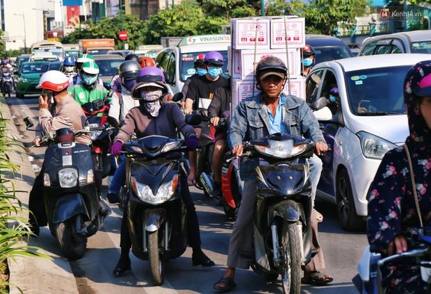 Sân bay Tân Sơn Nhất kẹt xe kinh hoàng ngày cận Tết, hành khách vật vã ngoài nắng trong nhiều giờ liền - Ảnh 13.