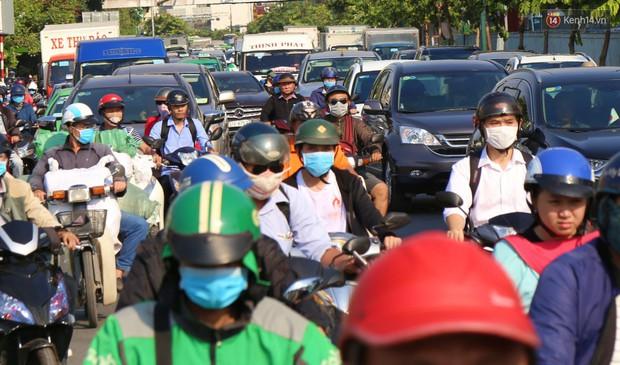 Sân bay Tân Sơn Nhất kẹt xe kinh hoàng ngày cận Tết, hành khách vật vã ngoài nắng trong nhiều giờ liền - Ảnh 8.