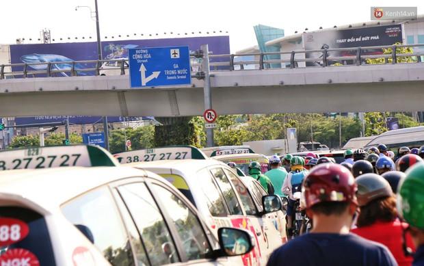 Sân bay Tân Sơn Nhất kẹt xe kinh hoàng ngày cận Tết, hành khách vật vã ngoài nắng trong nhiều giờ liền - Ảnh 7.
