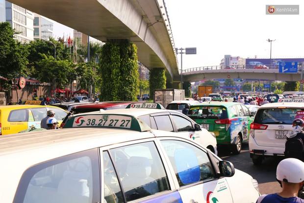 Sân bay Tân Sơn Nhất kẹt xe kinh hoàng ngày cận Tết, hành khách vật vã ngoài nắng trong nhiều giờ liền - Ảnh 9.