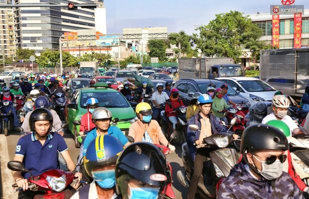 Sân bay Tân Sơn Nhất kẹt xe kinh hoàng ngày cận Tết, hành khách vật vã ngoài nắng trong nhiều giờ liền - Ảnh 6.