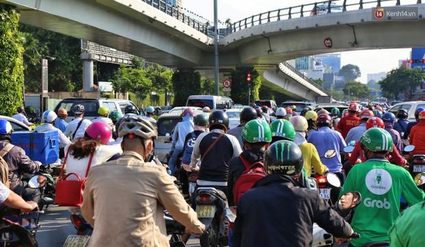 Sân bay Tân Sơn Nhất kẹt xe kinh hoàng ngày cận Tết, hành khách vật vã ngoài nắng trong nhiều giờ liền - Ảnh 5.