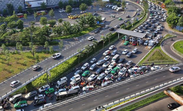 Sân bay Tân Sơn Nhất kẹt xe kinh hoàng ngày cận Tết, hành khách vật vã ngoài nắng trong nhiều giờ liền - Ảnh 2.