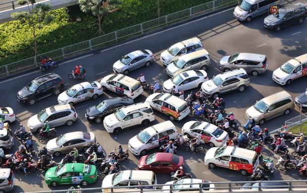 Sân bay Tân Sơn Nhất kẹt xe kinh hoàng ngày cận Tết, hành khách vật vã ngoài nắng trong nhiều giờ liền - Ảnh 3.