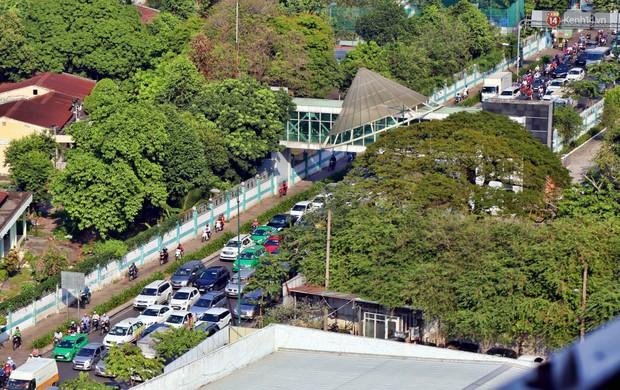 Sân bay Tân Sơn Nhất kẹt xe kinh hoàng ngày cận Tết, hành khách vật vã ngoài nắng trong nhiều giờ liền - Ảnh 10.