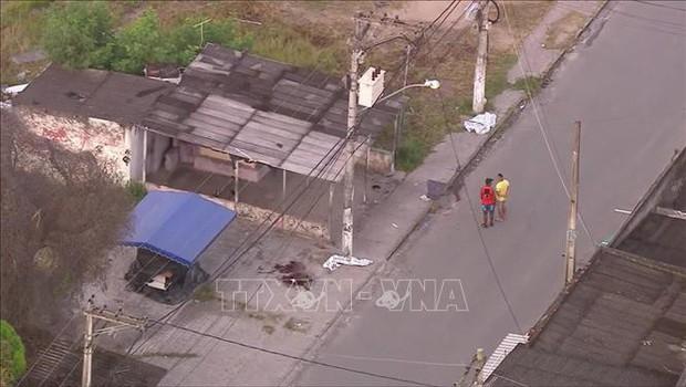 Đấu súng giữa cảnh sát và nhóm cướp làm 10 người bị thương vong - Ảnh 1.
