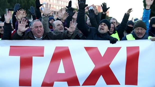 Tây Ban Nha: Biểu tình phản đối dịch vụ chia sẻ xe, 14 người bị thương - Ảnh 1.