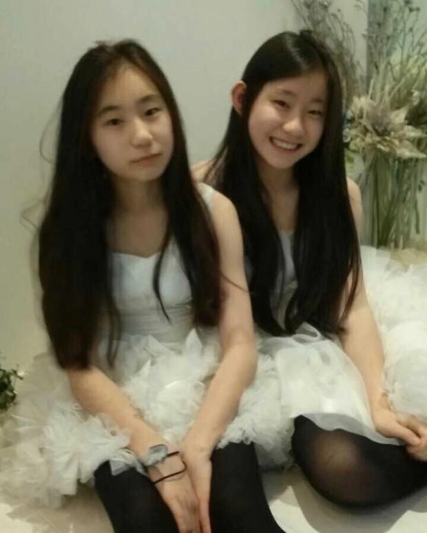 Cặp chị em khác tuổi nhìn như sinh đôi của Kpop: Cùng mất suất vào TWICE, sắp đối đầu nhau trong năm 2019 - Ảnh 3.