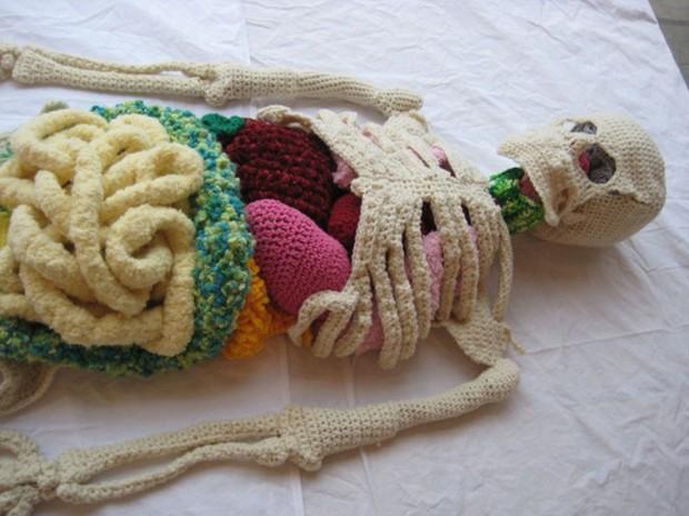 Cô nàng rảnh rỗi đan nguyên một bộ xương bằng len, có đủ cả lục phủ ngũ tạng và… một bữa ăn đang tiêu hóa dở - Ảnh 12.