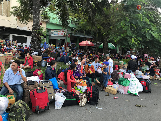 Hàng nghìn khách vật vã ở ga Sài Gòn vì tàu hỏa trật bánh, đường sắt tê liệt - Ảnh 8.