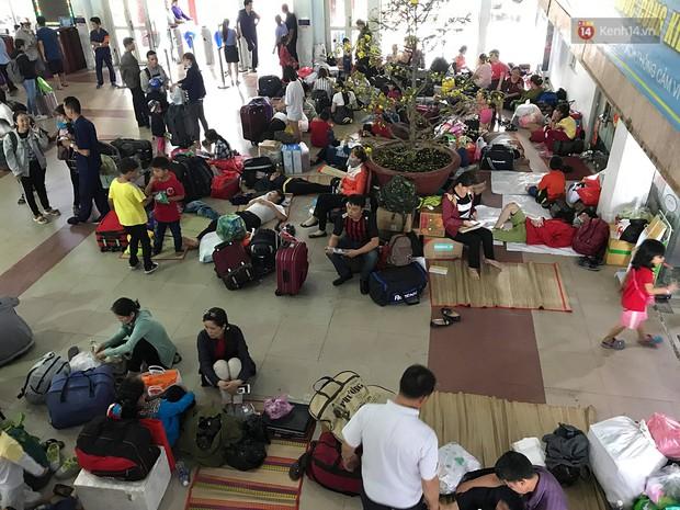 Hàng nghìn khách vật vã ở ga Sài Gòn vì tàu hỏa trật bánh, đường sắt tê liệt - Ảnh 2.