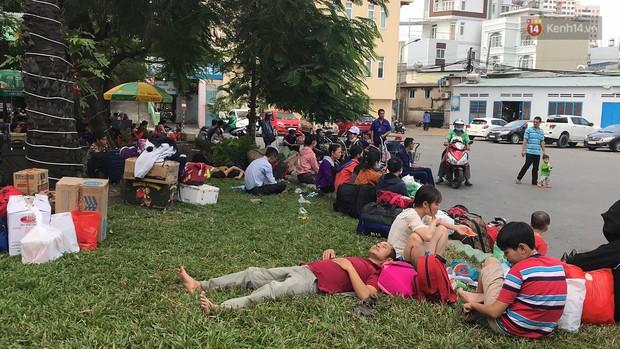 Hàng nghìn khách vật vã ở ga Sài Gòn vì tàu hỏa trật bánh, đường sắt tê liệt - Ảnh 6.