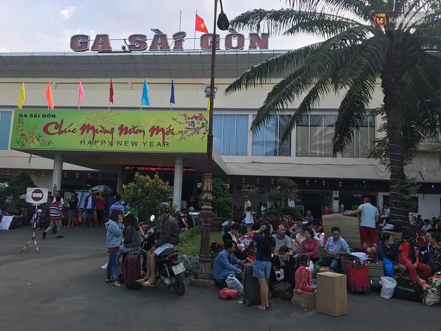 Hàng nghìn khách vật vã ở ga Sài Gòn vì tàu hỏa trật bánh, đường sắt tê liệt - Ảnh 1.