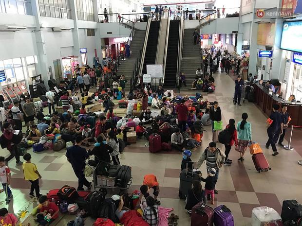 Hàng nghìn khách vật vã ở ga Sài Gòn vì tàu hỏa trật bánh, đường sắt tê liệt - Ảnh 9.
