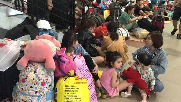 Hàng nghìn khách vật vã ở ga Sài Gòn vì tàu hỏa trật bánh, đường sắt tê liệt - Ảnh 5.