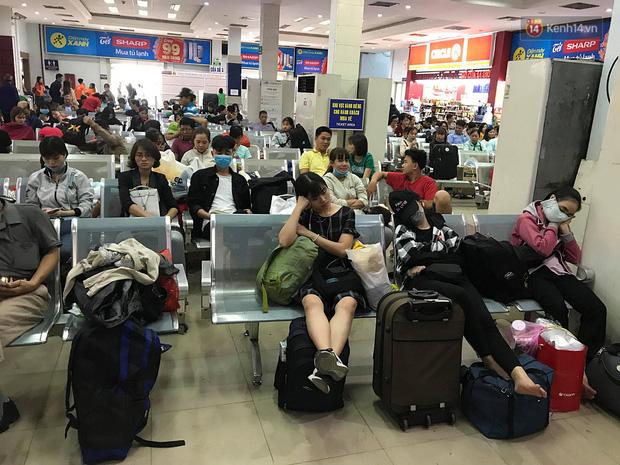 Hàng nghìn khách vật vã ở ga Sài Gòn vì tàu hỏa trật bánh, đường sắt tê liệt - Ảnh 3.