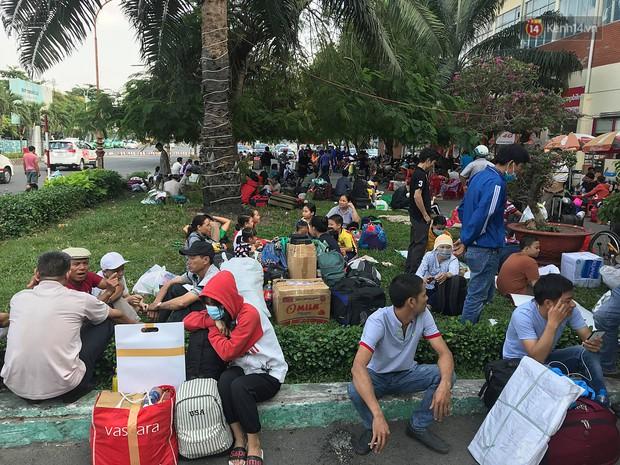 Hàng nghìn khách vật vã ở ga Sài Gòn vì tàu hỏa trật bánh, đường sắt tê liệt - Ảnh 7.