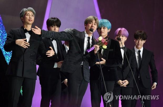 """BTS đã """"càn quét"""" tất cả các lễ trao giải âm nhạc của Hàn Quốc năm 2018 như thế nào? - Ảnh 23."""