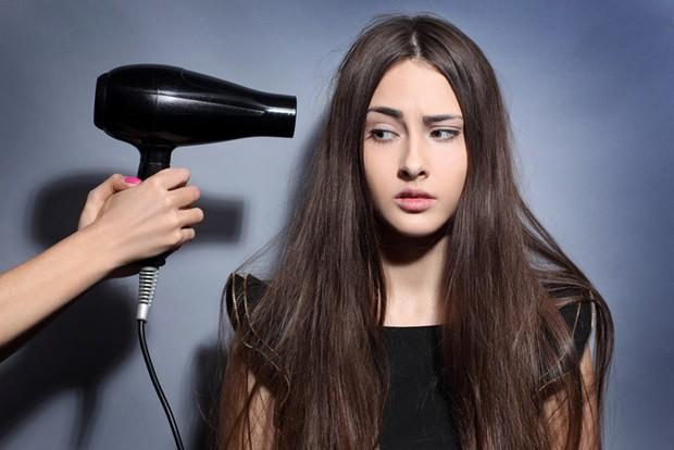 Sai lầm thường gặp khi dùng máy sấy tóc mà hội con gái rất hay mắc phải - Ảnh 2.