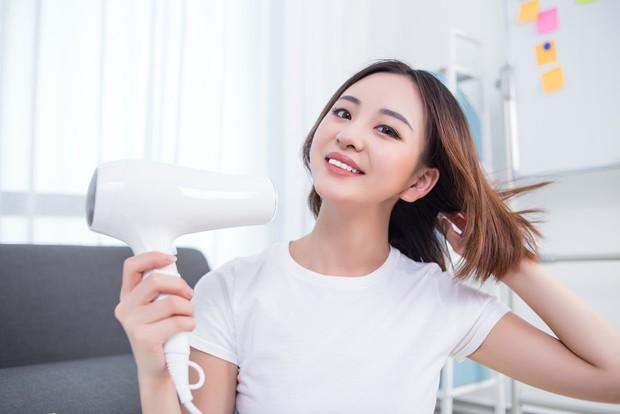 Sai lầm thường gặp khi dùng máy sấy tóc mà hội con gái rất hay mắc phải - Ảnh 3.