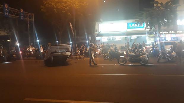 """Tài xế nghi say xỉn sau tiệc cuối năm, lái ô tô lộn vòng rồi """"phơi bụng"""" ngay đèn đỏ ở Sài Gòn - Ảnh 1."""