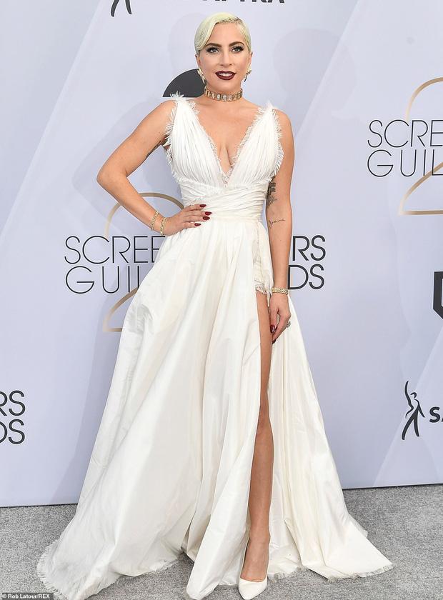 Dàn mỹ nhân thi nhau diện váy hở ngực tại lễ trao giải danh giá, riêng Lady Gaga lại lộ khuyết điểm tế nhị - Ảnh 1.