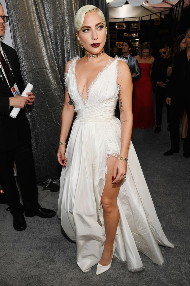 Dàn mỹ nhân thi nhau diện váy hở ngực tại lễ trao giải danh giá, riêng Lady Gaga lại lộ khuyết điểm tế nhị - Ảnh 3.