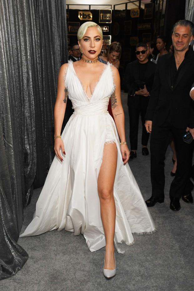 Dàn mỹ nhân thi nhau diện váy hở ngực tại lễ trao giải danh giá, riêng Lady Gaga lại lộ khuyết điểm tế nhị - Ảnh 2.