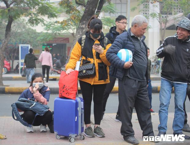Ảnh: Sinh viên Hà Nội tay xách nách mang về quê ăn Tết - Ảnh 1.