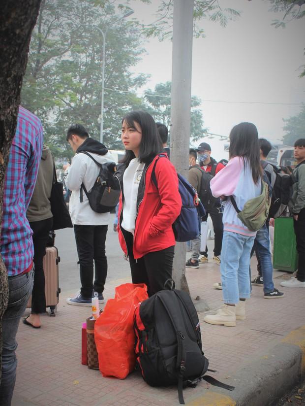Ảnh: Sinh viên Hà Nội tay xách nách mang về quê ăn Tết - Ảnh 3.